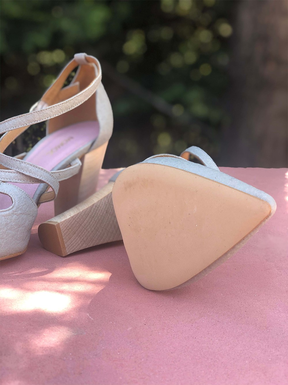 Vegan high-heeled shoes made of Piñatex